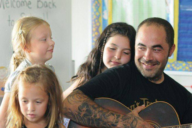 Chehalis Tribe honors singer at casino concert for defending girl