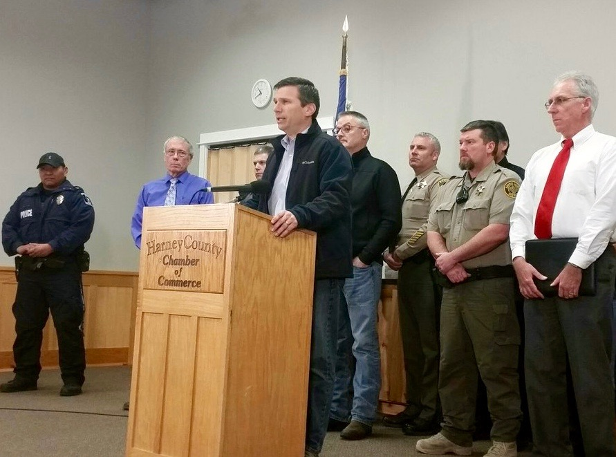 Four people remain at refuge in Oregon as FBI defends shooting